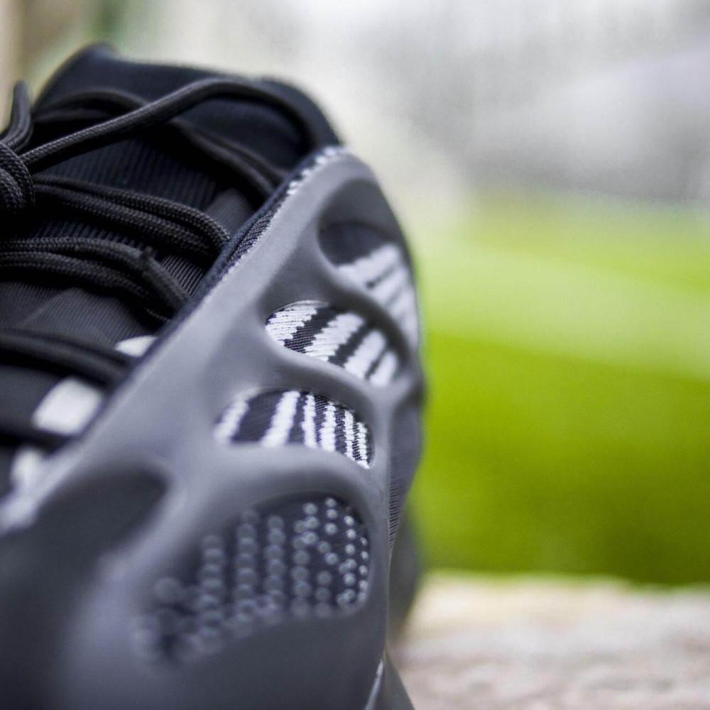 Демисезонные кроссовки мужские   - Кроссовки Adidas Yeezy Boost 700 V3 Black черного цвета 3